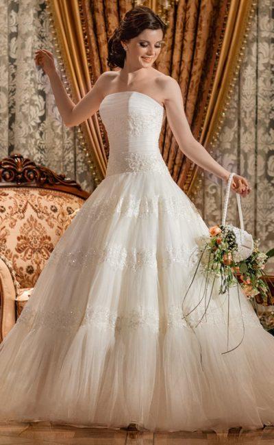 Свадебное платье с лифом прямого кроя и кружевной отделкой по корсету и пышной юбке.