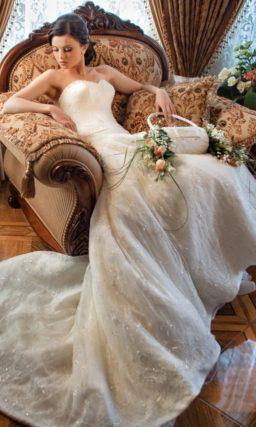 Свадебное платье с открытым лифом и роскошной юбкой с кружевным декором и пайетками.