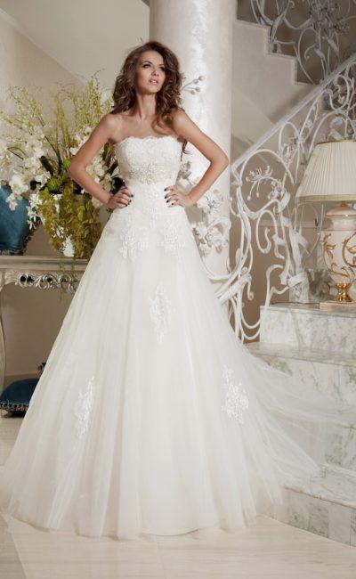 Романтичное свадебное платье с открытым лифом прямого кроя и кружевным декором.