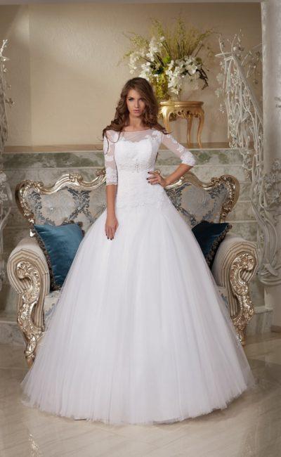 Традиционное свадебное платье с многослойным пышным низом и изящным кружевным верхом.