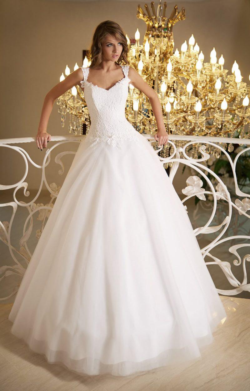 Нежное свадебное платье с лаконичной пышной юбкой и кружевным декором корсета и бретелей.
