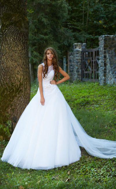 Стильное свадебное платье с кружевной спинкой и длинным полупрозрачным шлейфом.