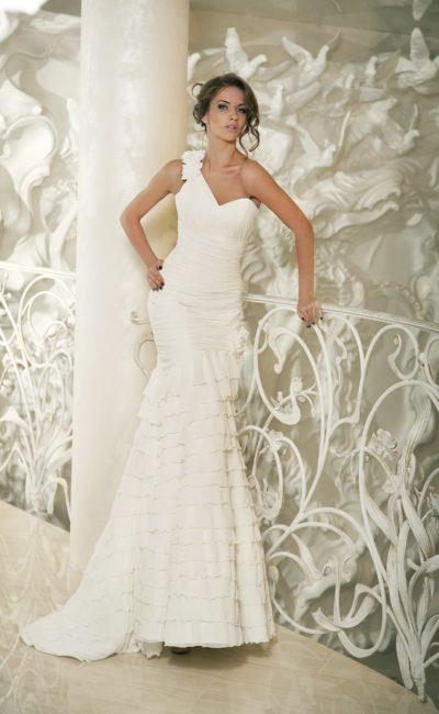 Свадебное платье «русалка» с асимметричным лифом с широкой бретелькой через плечо.