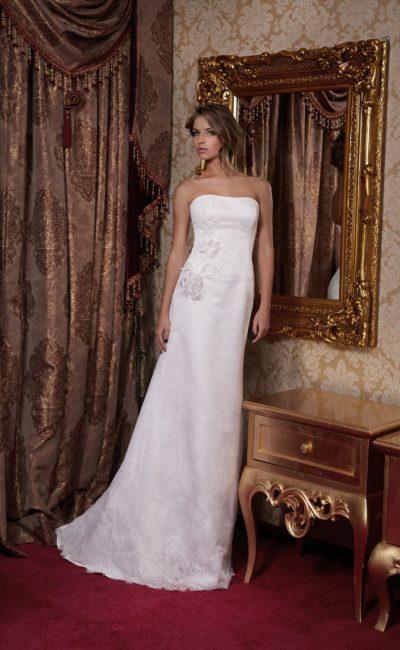 Прямое свадебное платье с деликатным открытым лифом и объемным декором сбоку на корсете.
