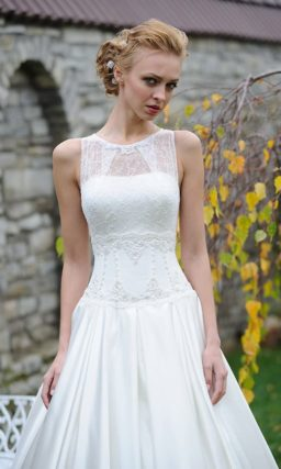 Закрытое свадебное платье с объемной атласной юбкой и американской проймой.