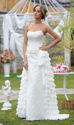 Прямое свадебное платье с верхней юбкой, покрытой оборками, и открытым верхом.