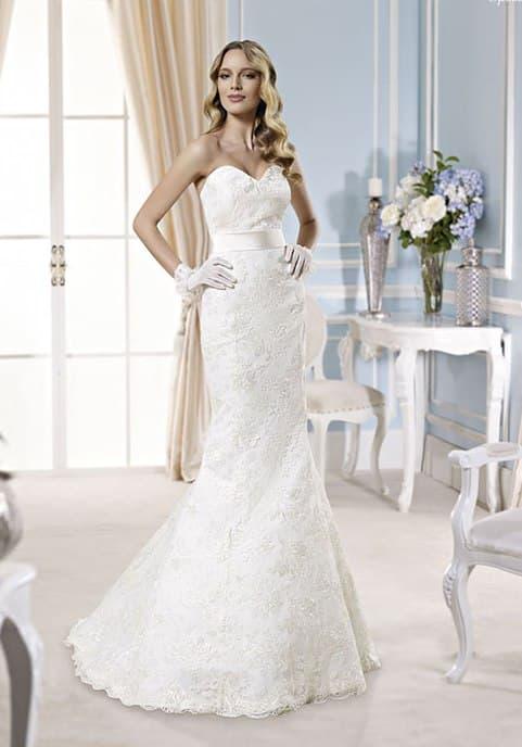 Кружевное свадебное платье «рыбка» с лифом в форме сердца и широким поясом из атласа.