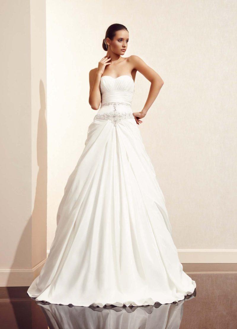 Свадебное платье «принцесса» с женственным декольте и торжественной юбкой со шлейфом.