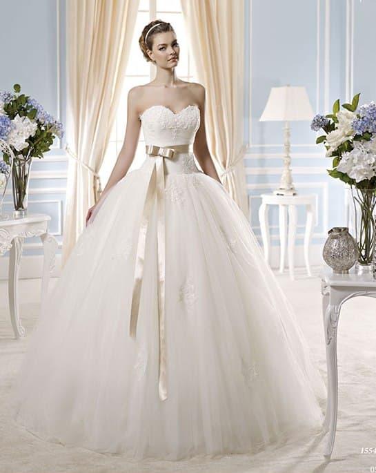 Пышное свадебное платье с оригинальным поясом из золотистого атласа.