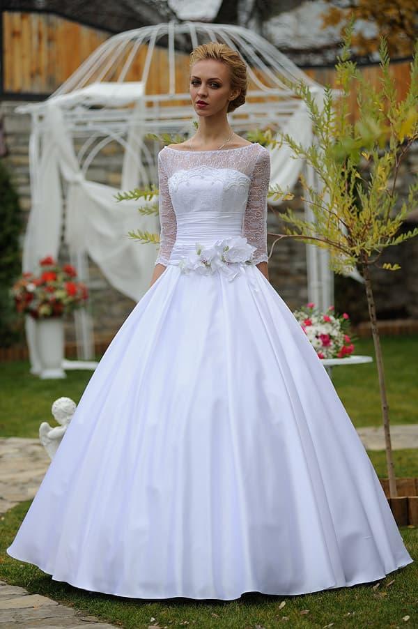 Свадебное платье с вырезом бато, фактурным рукавом и пышной глянцевой юбкой.