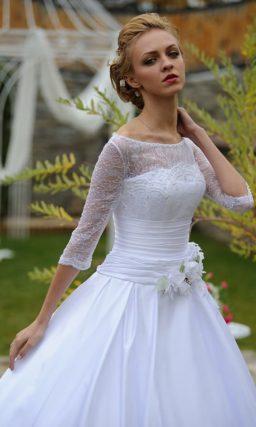 Великолепное свадебное платье с пышной юбкой из атласа и рукавом из плотного кружева.