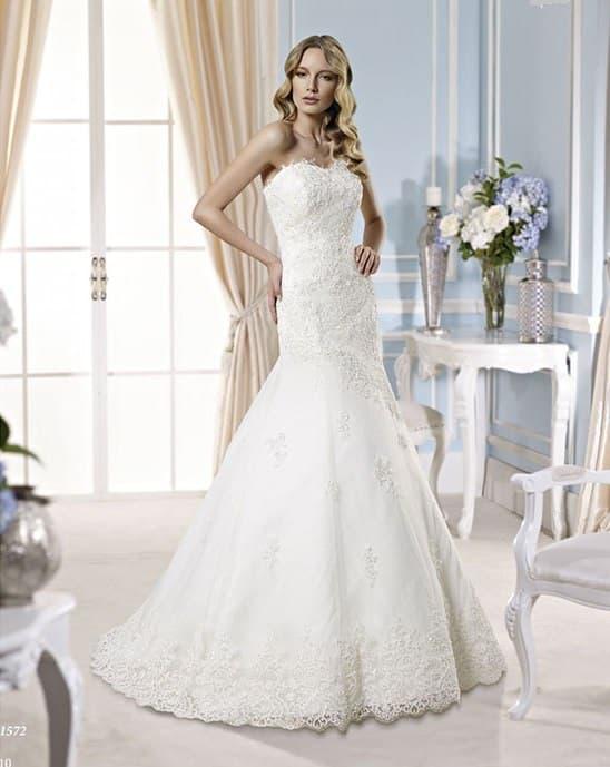 Фактурное свадебное платье «русалка» с полупрозрачным кружевным низом подола.