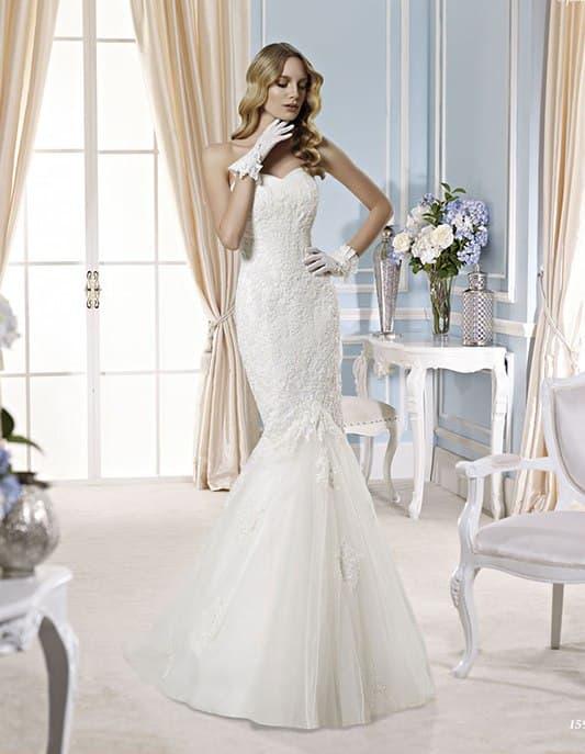 Фактурное свадебное платье «рыбка» с лаконичным низом подола.