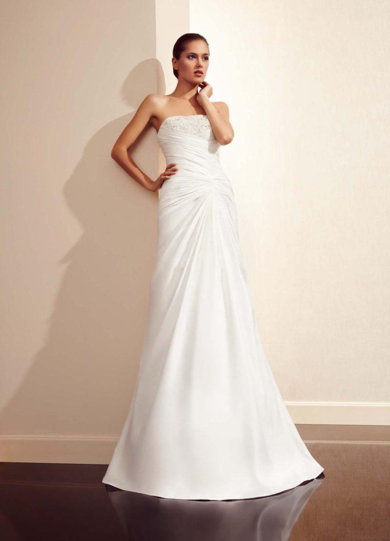 Открытое свадебное платье с вышивкой на лифе и стильными драпировками на корсете.
