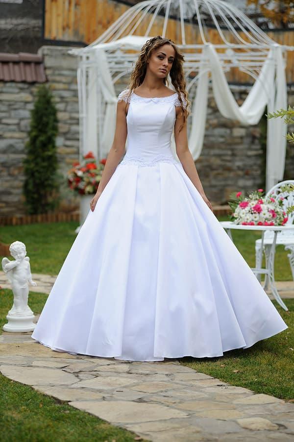 Атласное свадебное платье с пышной юбкой и деликатным кружевом по верху.