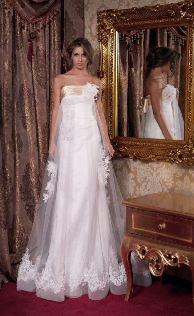 Ампирное свадебное платье с золотистым атласом на лифе и полупрозрачным верхним слоем ткани.
