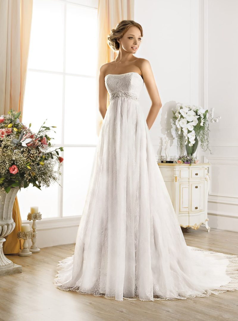 Лаконичное свадебное платье в ампирном стиле с открытым лифом и роскошным шлейфом.