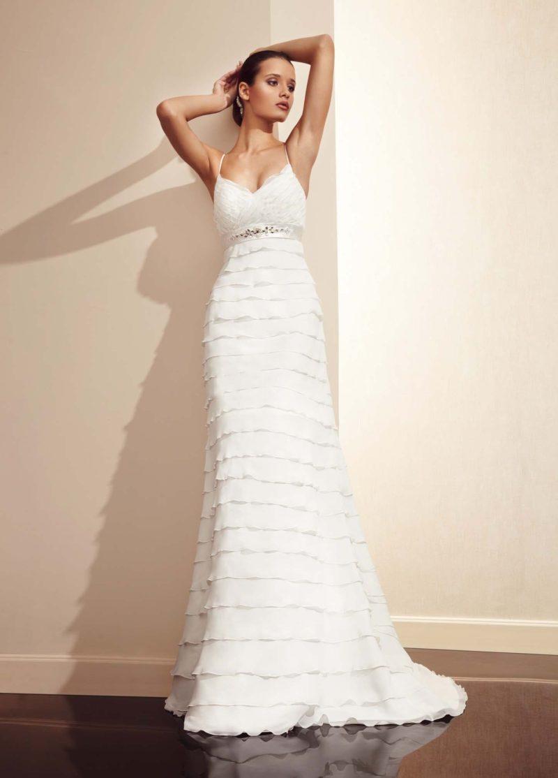 Прямое свадебное платье с притягательным декольте и горизонтальными оборками по юбке-трансформеру.