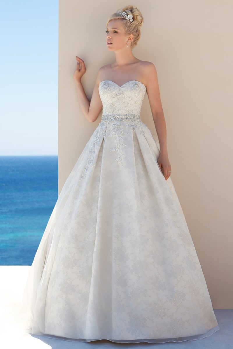 Пышное свадебное платье с полупрозрачным кружевным топом.
