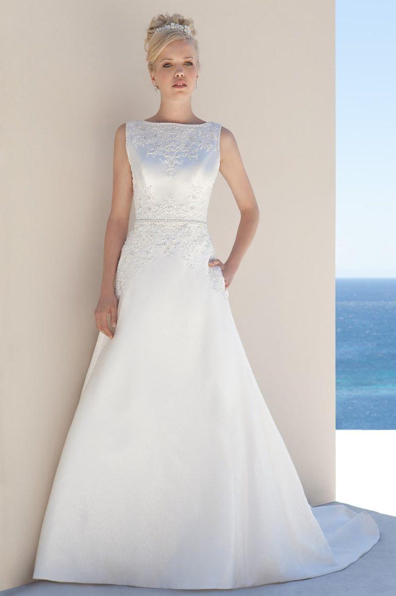 Закрытое свадебное платье А-кроя с изящным полукругом шлейфа сзади.