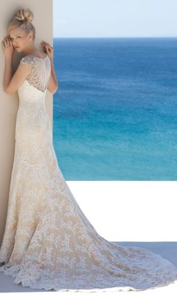 Бежевое свадебное платье с сияющим лифом и белой кружевной отделкой.