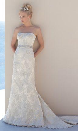 Кружевное свадебное платье с американской проймой и юбкой прямого кроя.