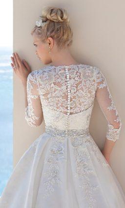 Пышное свадебное платье с дополнительным кружевным верхом.