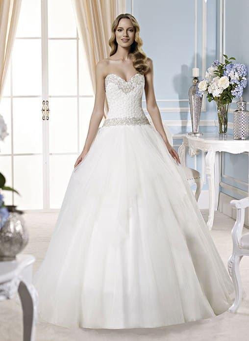 Изящное свадебное платье пышного кроя с фактурным корсетом, украшенным бисером.