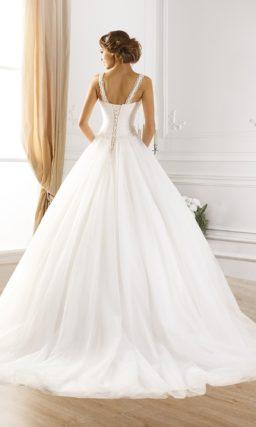 Открытое свадебное платье с узкими бретелями и декольте прямого кроя.