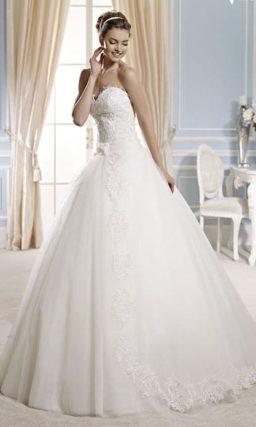 Традиционное свадебное платье с многослойным подолом, снизу украшенным кружевом.