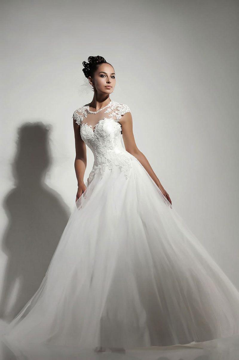 Пышное свадебное платье с кружевным верхом и лифом в форме сердца.