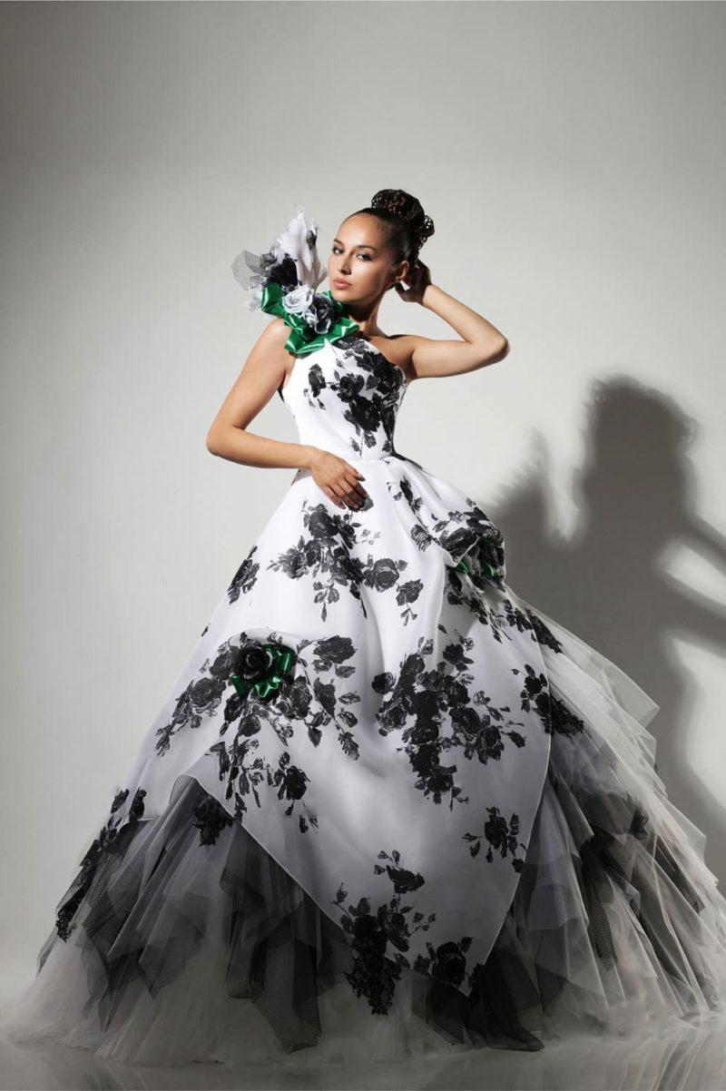 Драматичное свадебное платье с асимметричным верхом и черным кружевом.