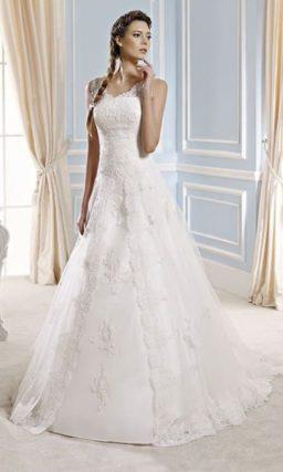 Кружевное свадебное платье «принцесса» со слегка заниженной линией талии.