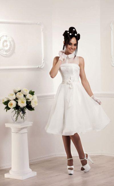 Короткое свадебное платье с острым воротником и бантом на талии.