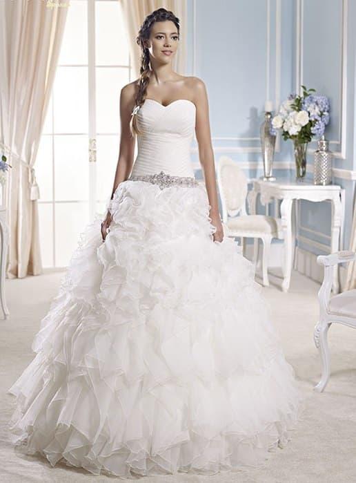 Воздушное свадебное платье с вырезом в форме сердца и драпировками на лифе.