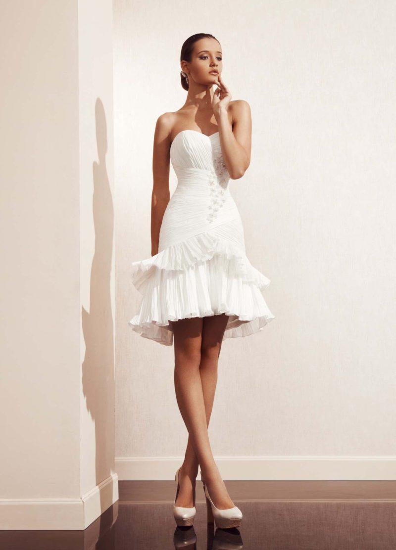 Свадебное платье-трансформер с объемными оборками по юбке и открытым лифом.