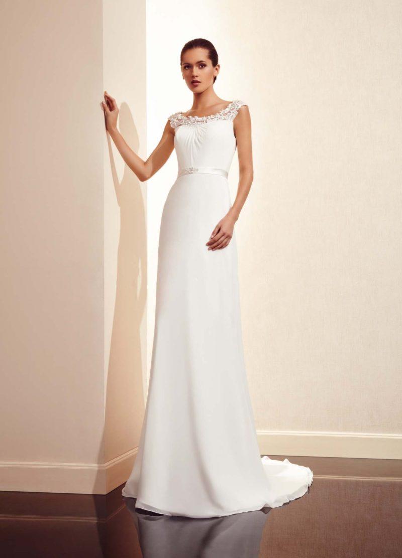 Прямое свадебное платье с длинным шлейфом, фигурным кружевным вырезом и поясом из атласа.