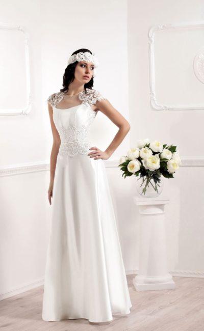 Нежное свадебное платье прямого кроя из атласа с кружевной отделкой.