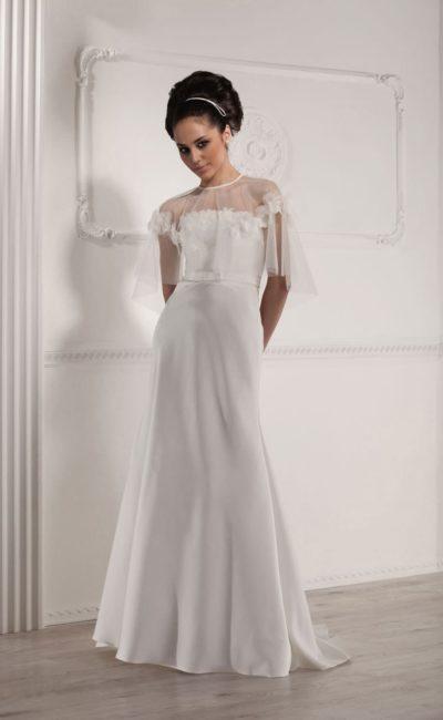 Деликатное свадебное платье прямого кроя с полупрозрачной пелериной.