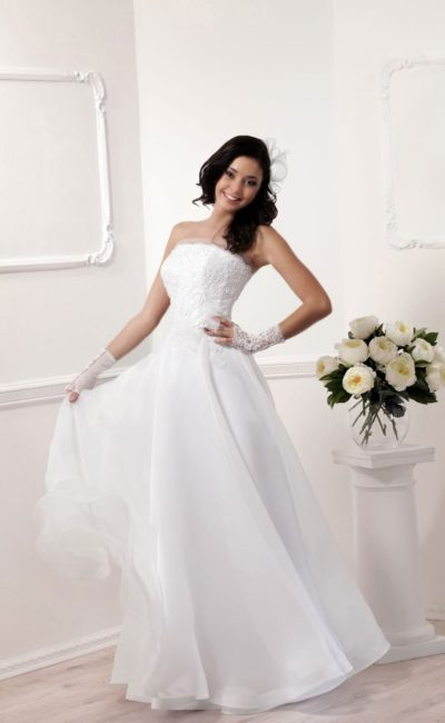 Ампирное свадебное платье с кружевным лифом прямого кроя и многослойным подолом.