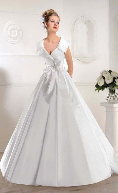 Свадебное платье «принцесса» с необычным воротником и атласным бантом на талии.