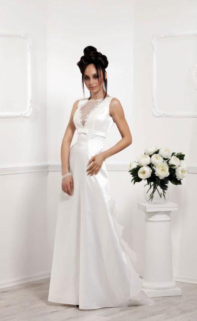 Облегающее свадебное платье из глянцевого атласа с завышенной талией.