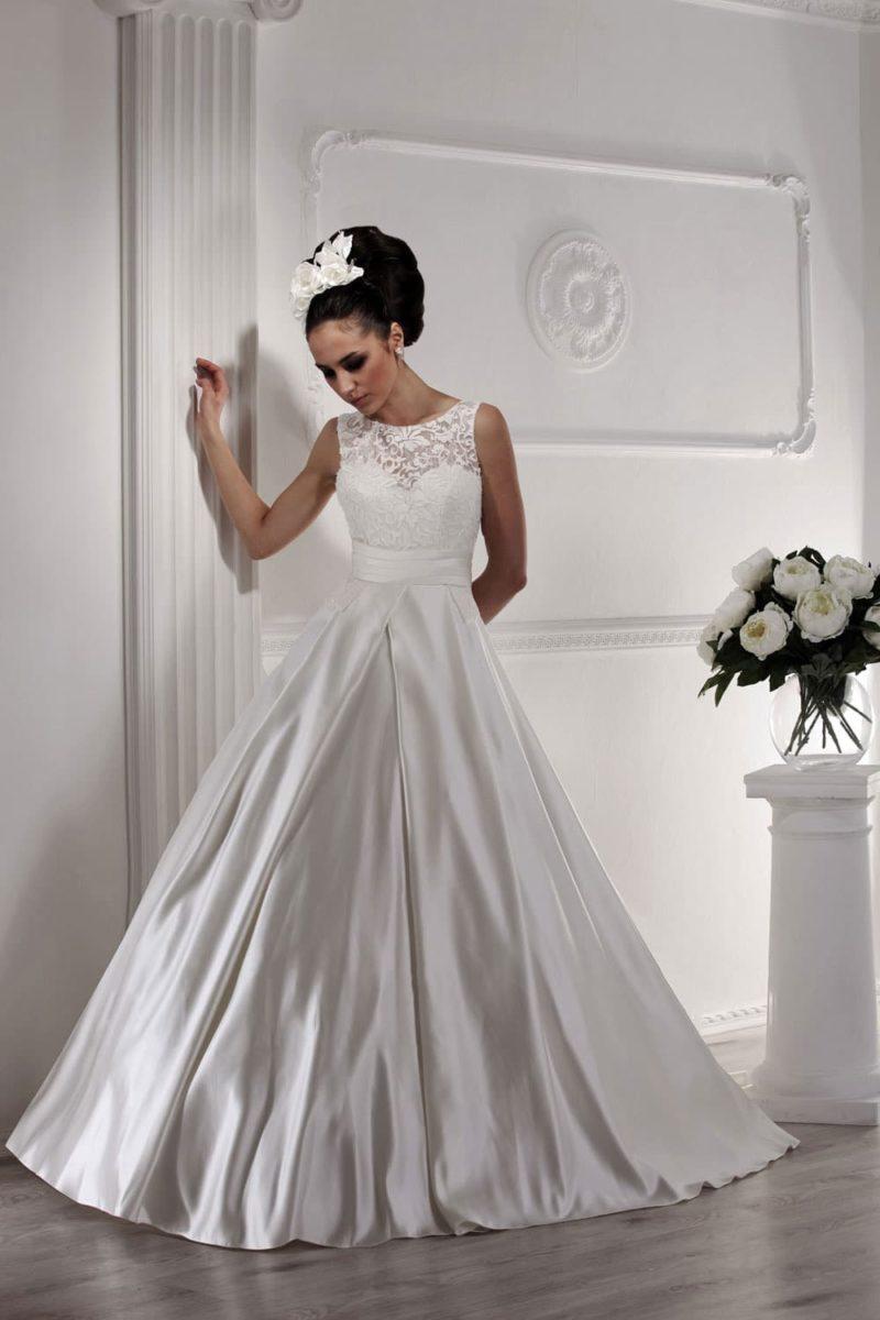 Восхитительное свадебное платье с пышной атласной юбкой с длинным шлейфом.
