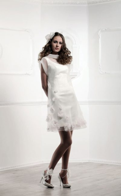 Оригинальное свадебное платье прямого кроя длиной до колена с воротником-хомутом.