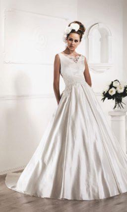 Атласное свадебное платье «принцесса» с V-образным декольте и кружевными аппликациями.