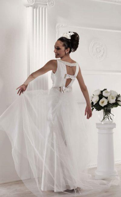 Прямое свадебное платье с полупрозрачным шлейфом и открытой спинкой.