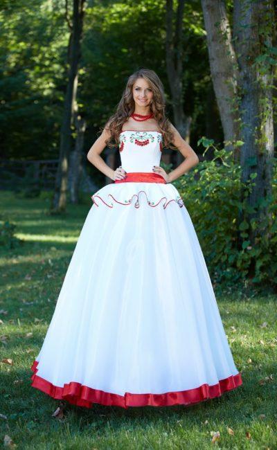 Свадебное платье с пышной баской и цветной вышивкой по лифу и многослойному подолу.