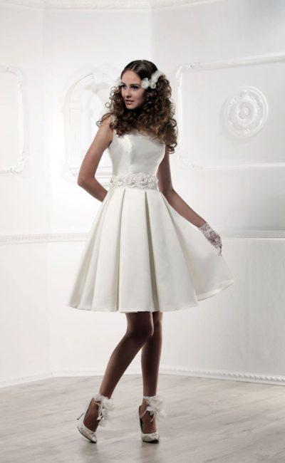 Короткое свадебное платье с атласным корсетом и складками ткани на юбке.