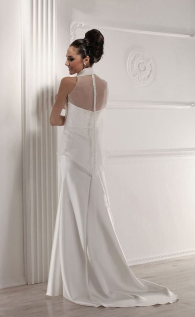 Прямое свадебное платье с прозрачным декором верха и небольшим шлейфом.