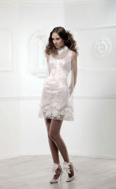 Атласное свадебное платье-футляр длиной до колена с прозрачной отделкой.